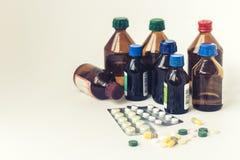 Van van geneeskundeflessen, pillen of capsules de blaar pakt op witte achtergrond met exemplaarruimte in voor tekst, retro concep stock foto's