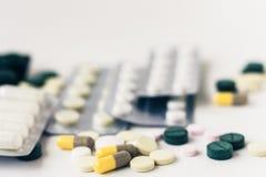 Van geneeskundepillen of capsules blaarpak op witte achtergrond met exemplaarruimte Drugvoorschrift voor behandelingsmedicijn stock afbeelding