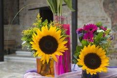 Van Gerberabloemen en zonnebloemen boeketten stock afbeelding