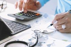 Van gezondheidszorgkosten en prijzen concept De hand van slimme arts gebruikte ca royalty-vrije stock afbeelding