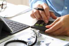 Van gezondheidszorgkosten en prijzen concept De hand van slimme arts gebruikte ca stock afbeelding