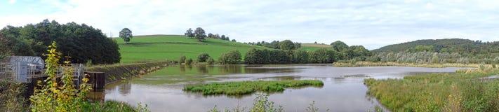 Van het aardedam en Water het Brede Panorama van het Reservoirmeer Royalty-vrije Stock Afbeelding