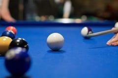 Van het acht-bal de speler poolspel poogt ballen met richtsnoer te schieten stock afbeeldingen