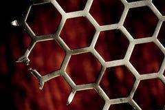 Van het achtergrond metaal hexuitdraaipatroon op rood Royalty-vrije Stock Afbeelding