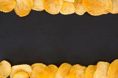 Van het achtergrond spaandersvoedsel geribbeld chipskader stock foto's