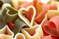 Van het achtergrond voedsel en van de valentijnskaart noddles als harten Stock Foto