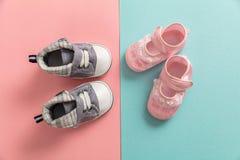 Van het babyjongen en meisje schoenen op pastelkleurenachtergrond royalty-vrije stock fotografie