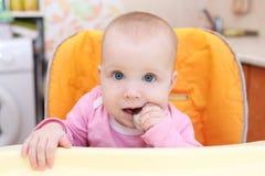7 van het babymaanden meisje eet Stock Foto's