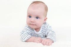3 van het babymaanden meisje op buik Royalty-vrije Stock Afbeelding