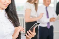 Van het bedrijfs close-upbeeld succesvolle Aziatische vrouw die mobiele telefoon met behulp van Stock Afbeeldingen