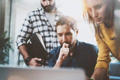Van het bedrijfs groepswerk concept De zitting van het medewerkersteam bij vergaderzaal en het gebruiken van laptop horizontaal V stock foto's