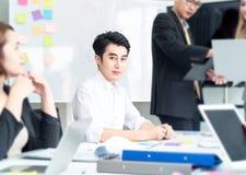 Van het bedrijfs groepswerk concept Start bedrijfsmensen in modern bureau, die samen het hebben van succes werken Multi-etnisch o royalty-vrije stock afbeelding