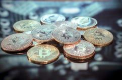 Van het van het Bitcoingoud, zilver en koper de muntstukken en defocused gedrukt circ royalty-vrije stock afbeelding