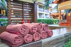 Van het Brown spa de stapel handdoekenbroodje voor de klantendienst in pool Stock Foto