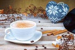 Van het cappuccinokoffie en hart vorm stock foto
