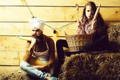 Van het chef-kokkok en meisje cookee stock fotografie