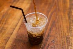 Van het coca-colaplons of sodawater de frisdranken gieten van Stock Afbeelding