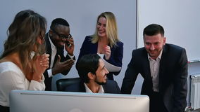 Van het commerciële de viering teamsucces in bureau stock footage