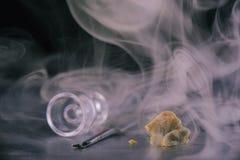 Van het concentraataka van de marihuanaextractie de waskruimeltaart op donkere backgro Stock Afbeelding