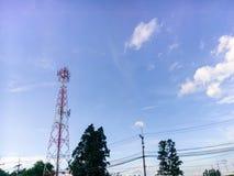 Van het de aardlandschap van Prajinburithailand de scène blauwe hemel en stedelijke weg aan het natuurlijke gevoel vers en aantre Stock Afbeelding