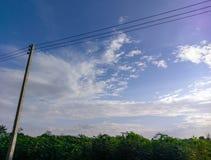 Van het de aardlandschap van Prajinburithailand de scène blauwe hemel en stedelijke weg aan het natuurlijke gevoel vers en aantre Royalty-vrije Stock Foto