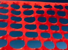 Van het de barrièrerooster van de veiligheid het patroon oranje en blauwe hemel royalty-vrije stock foto's