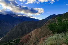 Van het de berglandschap van de hemelwolk de weg van de het toerismeaandrijving royalty-vrije stock afbeeldingen