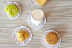 Van het de Cakebroodje van het melk het Boterbrood Koekje en Cupcake op Witte Houten Lijst stock fotografie
