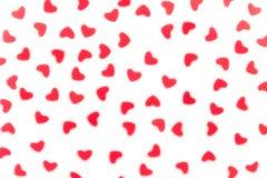 Van het de dag het decoratieve zachte onduidelijke beeld van Valentine ` s abstracte patroon van rode hartenconfettien op witte a royalty-vrije stock afbeelding