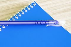 Van het de dekkingsboek van het pen ontwerpt de blauwe en Lege blauwe boek lege levering van de de kantoorbehoeftenschool spiraal Stock Afbeelding