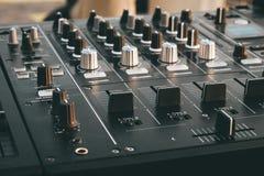 Van het de draaischijfdek van DJ de mixer dichte omhooggaand, geluidsinstallatie, audiocontrolebord voor partij, nachtclubs of mu royalty-vrije stock afbeelding