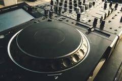 Van het de draaischijfdek van DJ de mixer dichte omhooggaand, geluidsinstallatie, audiocontrolebord voor partij, nachtclubs of mu royalty-vrije stock afbeeldingen