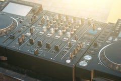 Van het de draaischijfdek van DJ de mixer dichte omhooggaand, geluidsinstallatie, audiocontrolebord voor partij, nachtclubs of mu royalty-vrije stock foto's