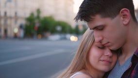 Van het de emotiepaar van het liefde oprechte gevoel de omhelzingsstraat stock footage
