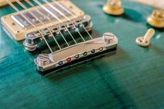 Van het de esdoorn hoogste lichaam van de Jalapeno schakelen de groene elektrische gitaar dichte omhooggaande mening met brug, de Royalty-vrije Stock Afbeelding