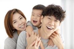 van het van de familiemoeder, vader en kind het spelen stock afbeeldingen