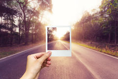 Van het de fotokader van de handholding lege het asfaltweg Royalty-vrije Stock Afbeelding