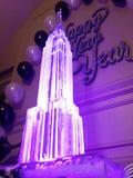 Van het de gloed gelukkige nieuwe jaar van het ijsbeeldhouwwerk de purpere lichte Toren van Eiffel koude Stock Fotografie