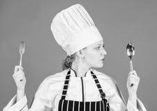 Van het de greepwerktuig van de vrouwenchef-kok de lepelvork Eetlust en smaak Traditionele culinaire maaltijd Professionele kok e royalty-vrije stock afbeelding
