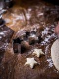 Van het de handgebruik van de gebakjechef-kok de scherpe vorm om Koekjesdeeg op keuken te snijden royalty-vrije stock foto