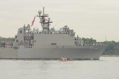 Van het de Heuveldok van USS het Eiken landende schip van de Marine van Verenigde Staten tijdens parade van schepen bij Vlootweek Stock Foto's