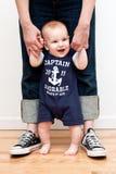 Van het de holdingsmamma van de baby de handen en de status royalty-vrije stock afbeeldingen