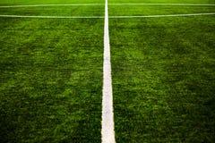 Van het de hoogtegras van het voetbalhof de close-up van de poollijnen stock foto's