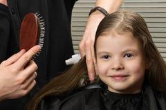 Van het de kammenmeisje van de stilistkapper het lange haar in schoonheidssalon royalty-vrije stock afbeelding