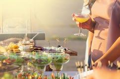 Van het de Keuken Culinair Gastronomisch Buffet van de voedselcatering de Partijconcept bij zonnige dag stock afbeeldingen