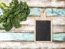 Van het de keukenbord van de boerenkoolkool de Groene plantaardige bladeren stock fotografie