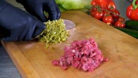 Van het de keukenrestaurant van het chef-kok dient de kokende voedsel het knipselkok het zwarte de voorbereiding van het de mense stock footage