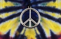 Van het de kleurstofoverhemd van de band de vredesteken Stock Foto's