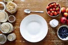 Van het de kom organische graangewas van de Mueslibar lege verse de bessen gezonde voeding Royalty-vrije Stock Fotografie