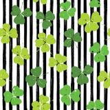 Van het de krabbel naadloze patroon van het klaverblad de hand getrokken vectorillustratie St Patricks Dagsymbool, Ierse gelukkig Royalty-vrije Stock Afbeeldingen